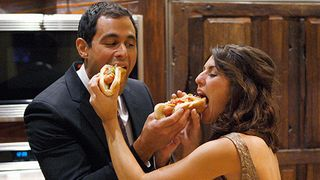 Jason-and-jillian-eat-hot-dogs